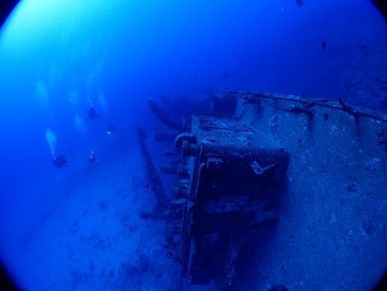 与論島 ダイビングポイント 沈船あまみ 海底に横たわる全長51mの船体!