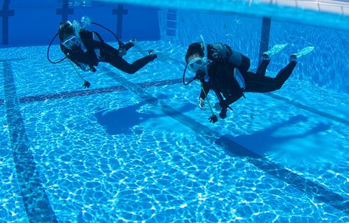 沖縄最大級の広~い屋内ダイビングプール
